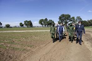 GOBERNADOR DEL ESTADO FRANCISCO DOMÍNGUEZ ASISTE A LA GRANJA SEDENA, LA TORTUGA  PARA HACER ENTREGA DE UN POZO DE AGUA PARA FINES AGRICOLAS DE LA GRANJA,ACOMPAÑAN GRAL DE DIV D.E.M. NORBETO CORTÉS RODRÍGUEZ, COMANDANTE DE LA XII REGION MILITAR, GRAL DE BGDA. D.E.M. ELPIDIO CANALES ROSAS, COMANDANTE DE LA 17a ZONA MILITAR, LIC ANTONIO MEJIA LIRA PRESIDENTE MUNICIPAL DE TEQUISQUIAPAN.